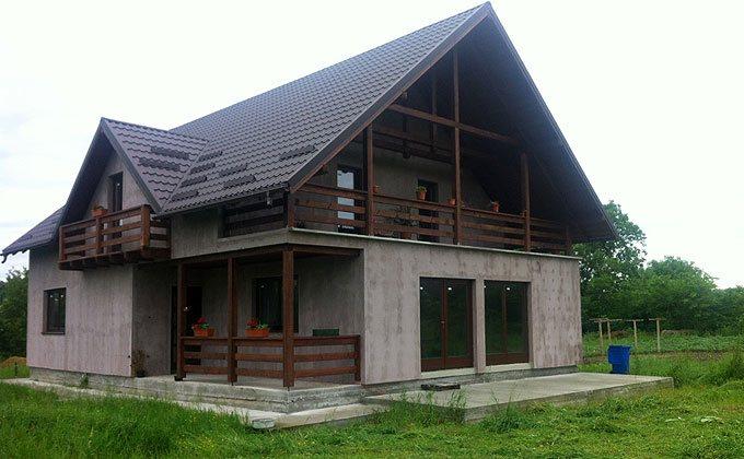 Casa de lemn cu mansarda finisat la gri
