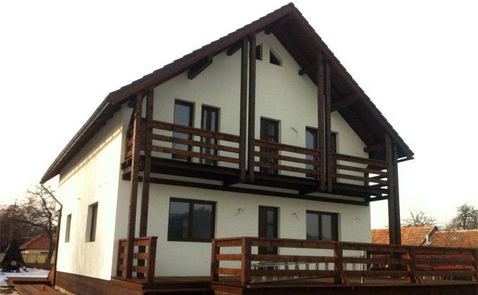 Casa de lemn cu mansarda