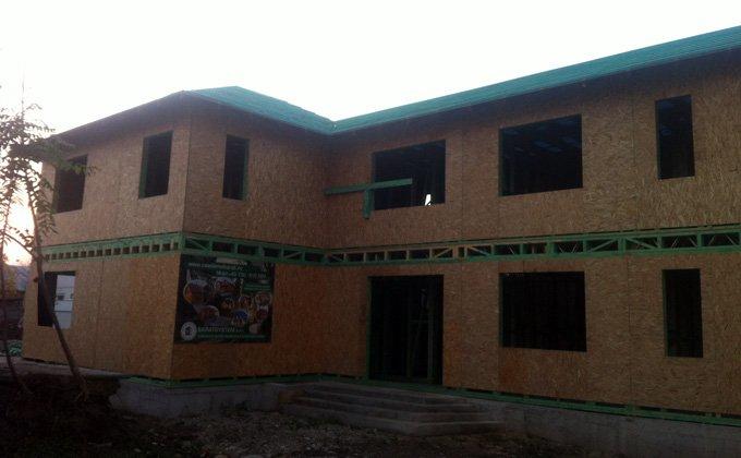 Casa din panouri de lemn cu etaj